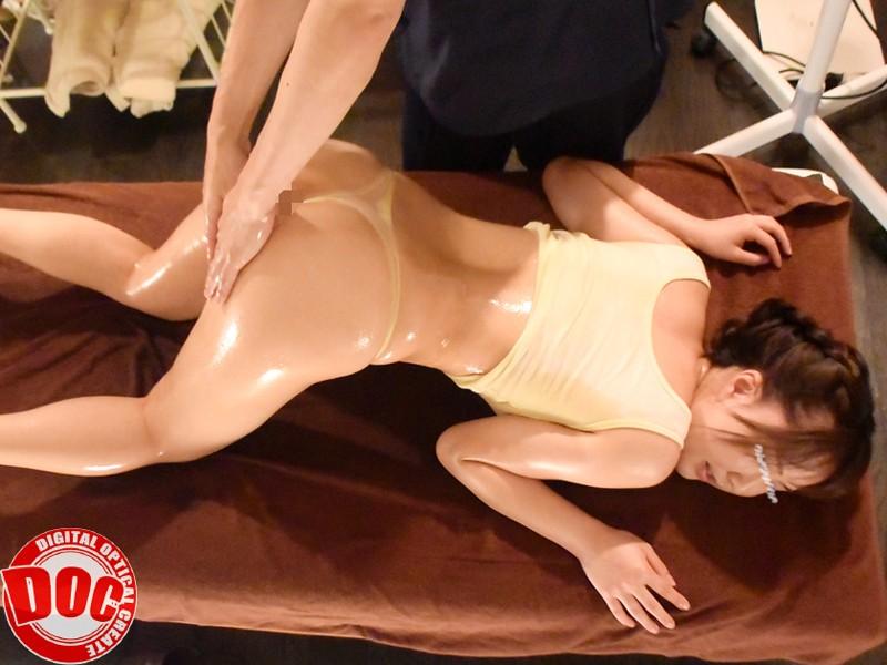 美人人妻がオイルマッサで乱れ狂うエロ画像1