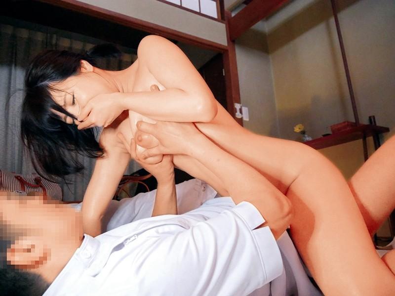 旦那にバレないように声を抑えて肉棒を求める人妻エロ画像15
